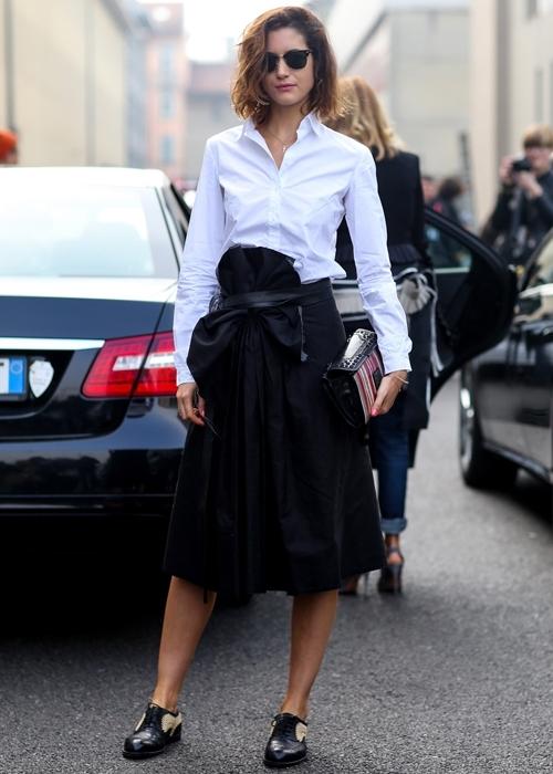 Девушка в широкой юбке миди и белой рубашке