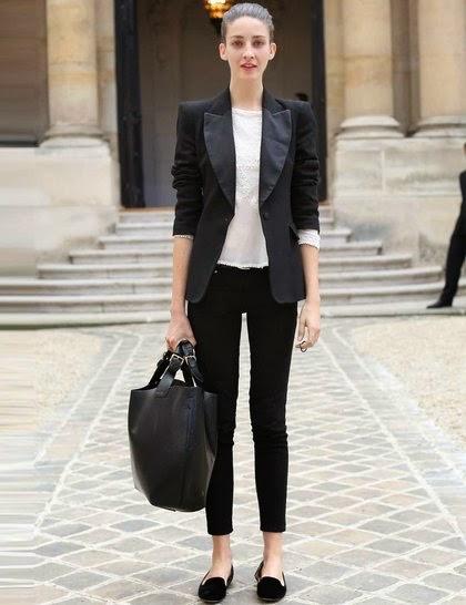 Девушка в укороченных черных джинсах