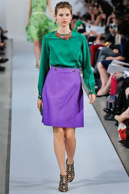 Девушка в зеленой блузке и фиолетовой юбке