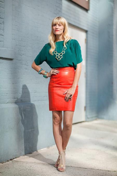 Девушка в зеленой блузке и коралловой юбке