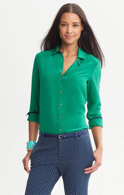 Девушка в зеленой блузке и синих брюках