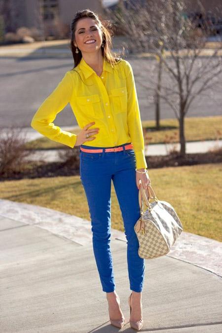 Девушка в желтой блузке и синих брюках