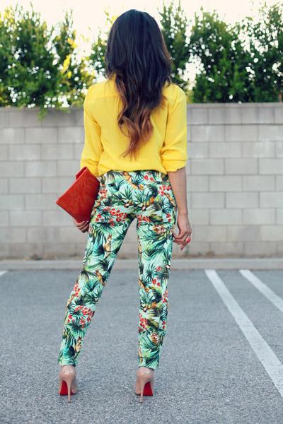 Девушка в желтый блузке и летних брюках