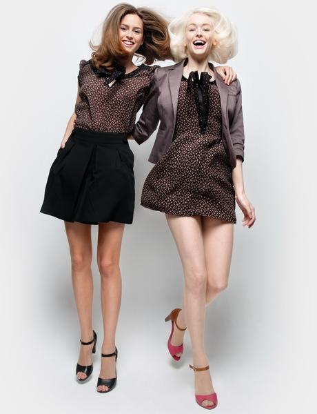 Девушки в коричневых нарядах в горох