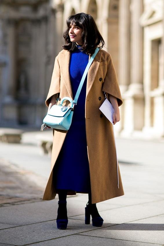 Длинное бежевое пальто и платье глубокого синего цвета