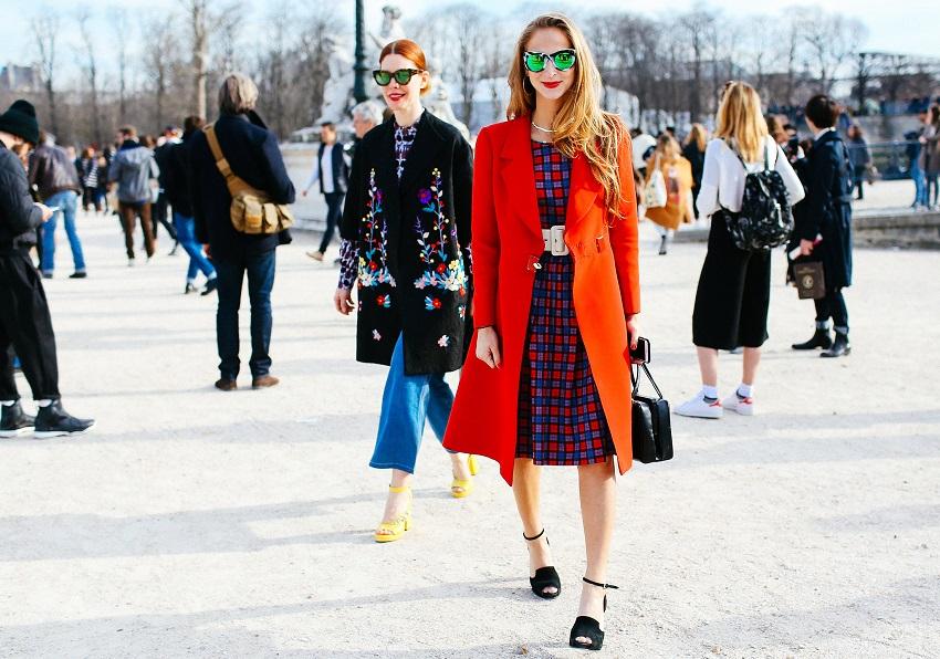 Добавляет настроения ярко-оранжевое пальто и платье в сине-красную клетку