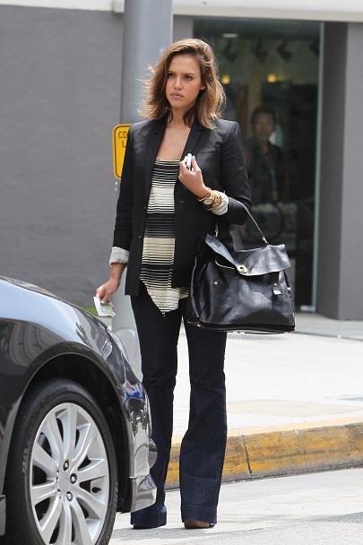 Джессика Альба в черных джинсах клеш