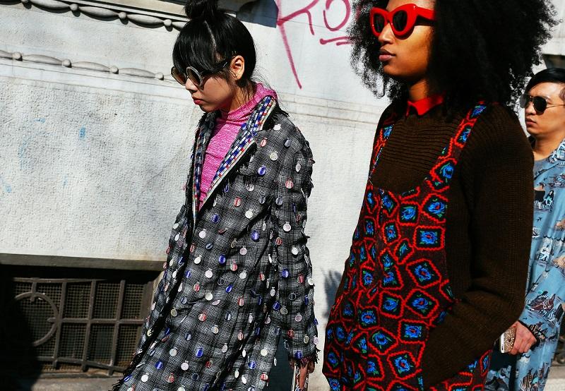 Эти девушки - одни из самых стильных. Очки, вязаный комбинезон с цветочным принтом актуальных цветов и великолепное пальто. Выше всех похвал!