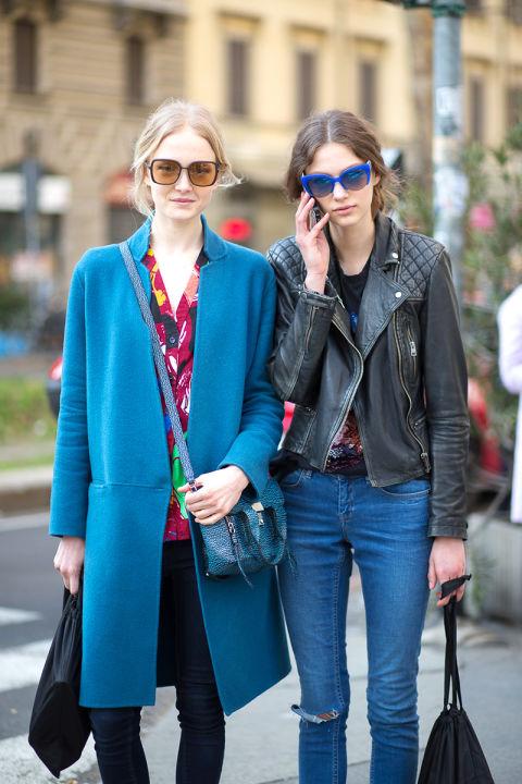 Эти подружки точно на коне уличной моды. Цвета, дизайн очков, выбор верхней одежды - все на высоте