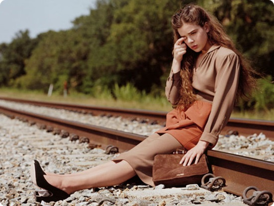 Хейли Стейнфильд в коричневой блузке и юбке