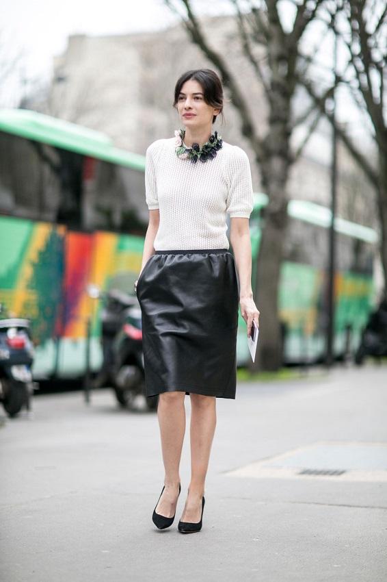 Хочешь придать своему виду яркости, не отходя от классики - добавь в образ кожаную юбку