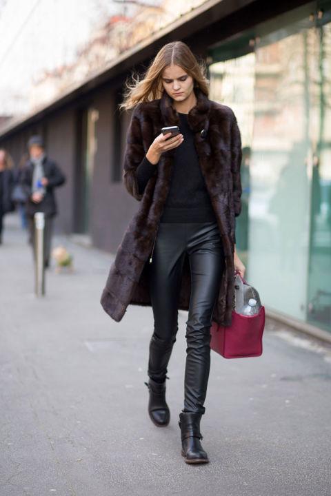 Кейт Григорьева в кожаных лосинах, неперестающих быть актуальными на улицах Милана
