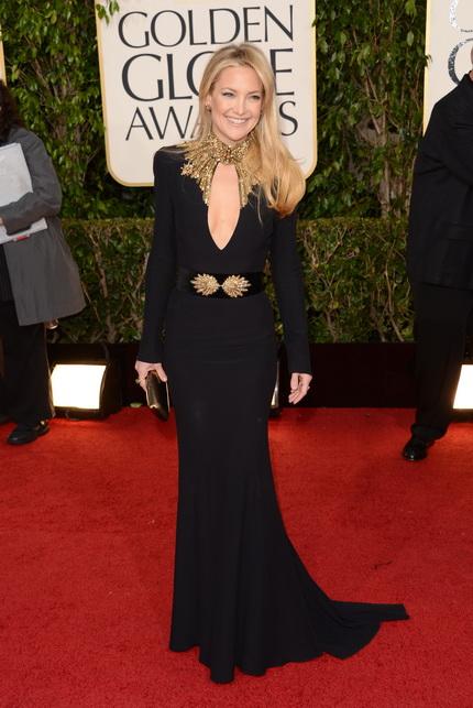 Кейт Хадсон в черном платье с золотым поясом