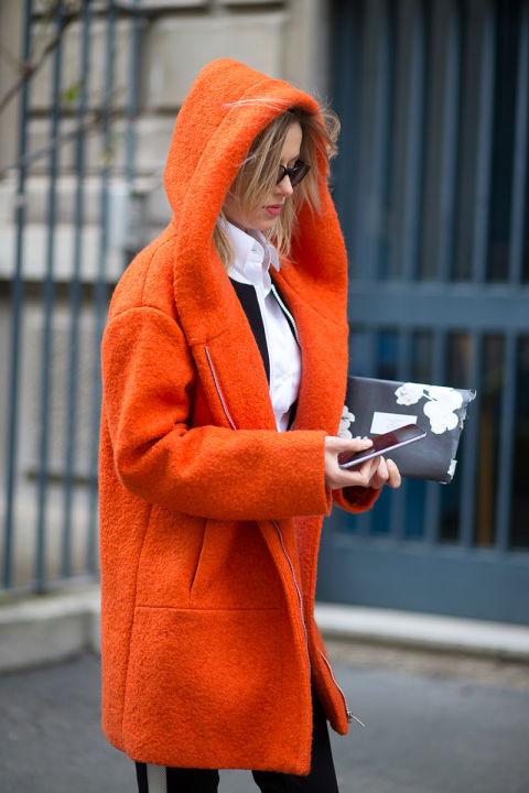 Конечно, основное внимание здесь привлекает пальто, но мы призываем отметить полуспортивные брюки с широкой полосой