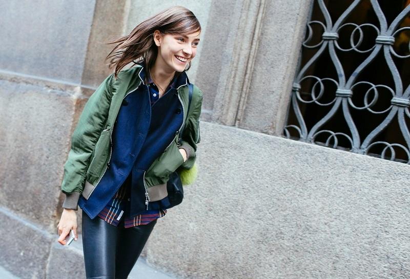 Кожаные лосины не даром так любимы модницами Милана. Они стройнят, притягивают вгляды и при этом подходят для повседневности