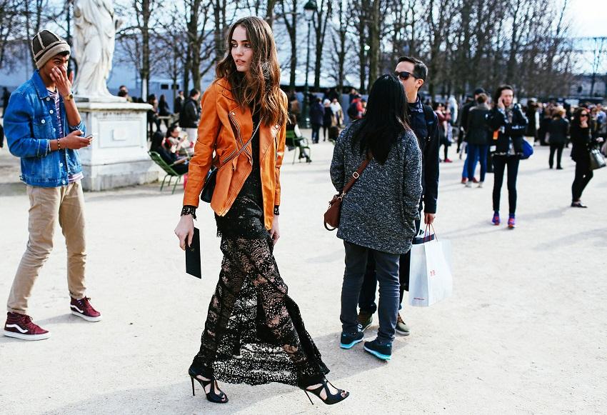 Кружевной подол платья и приталенный кожаный жакет придают красавице еще больше шарма и стройности