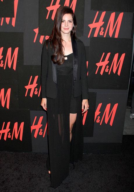 Лана Дел Рей в черном платье с разрезом и пиджаке