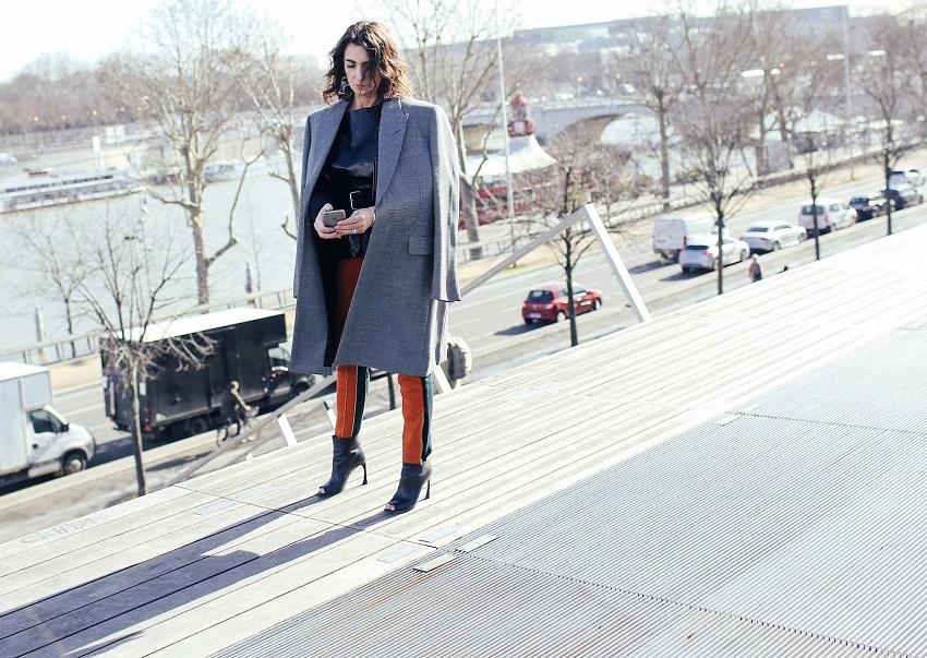 Модные брюки и серое пальто