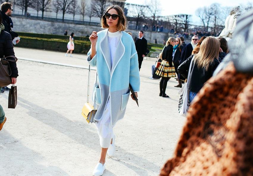 Некоторая бесформенность плаща только придает нежности и элегантности данному look'у - все благодаря небесно-голубому цвету!
