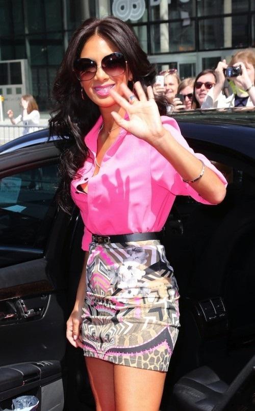 Николь Шерзингер в розовой блузке