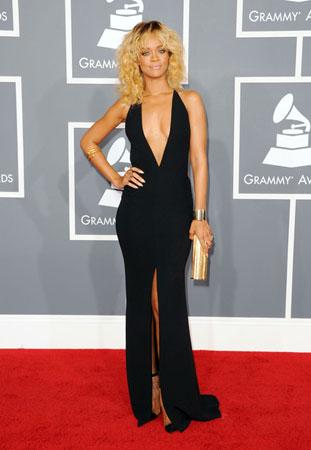 Рианна в черном платье с золотым клатчем