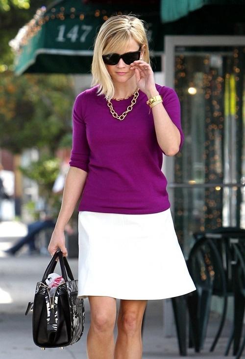 Риз Уизерспун в фиолетовой блузке