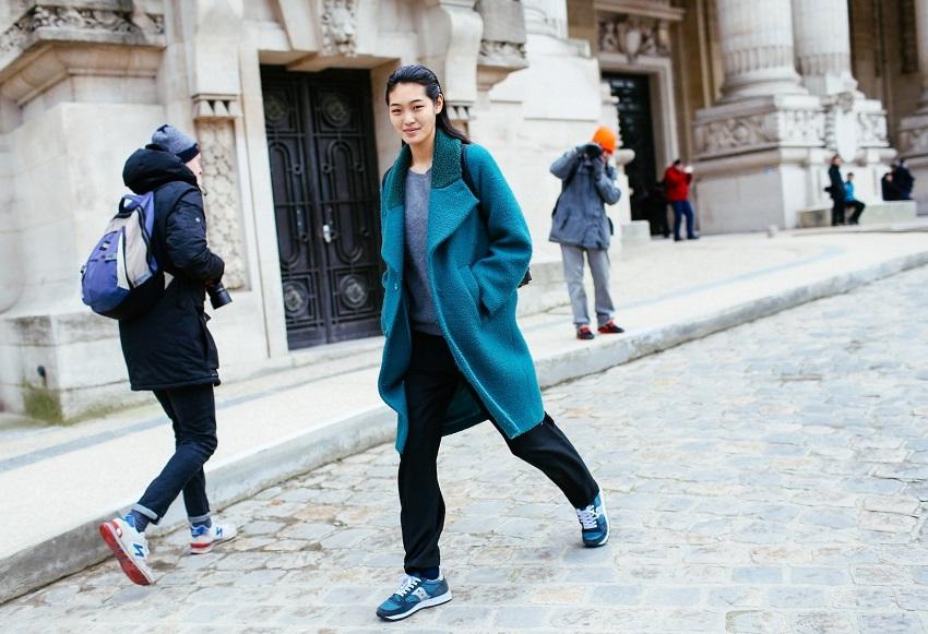 Шерстяное пальто цвета морсктй волны и кроссовки в тон-отличный вариант для прохладной погоды