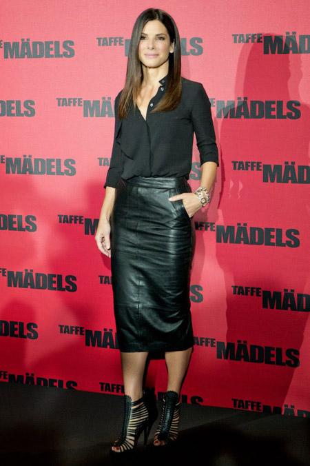 Сандра Баллок в черной блузке и кожаной юбке