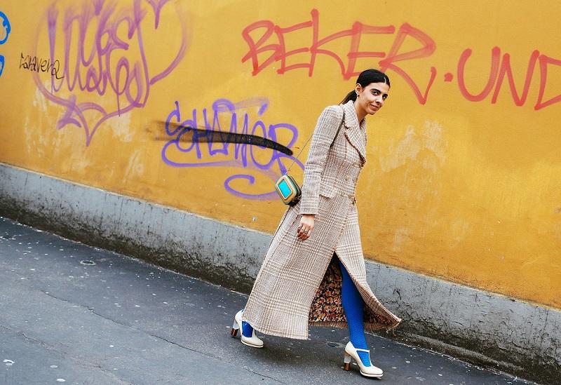 Синий и спелый голубой миланские модницы включают в свои луки с удовольствием, различными способами