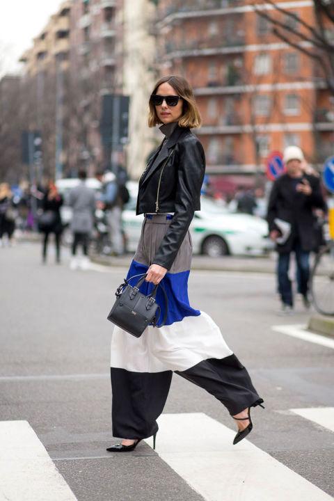 Свободные брюки в максимально широкую полоску, дополненные миниатюрной сумочкой и укороченной курткой. Превосходный баланс