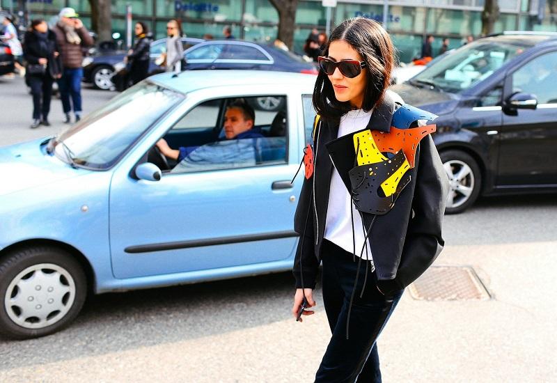 Такая причудливая аппликация, отдаленно напоминающая подкову, делает из привычной куртки неповторимый предмет гардероба