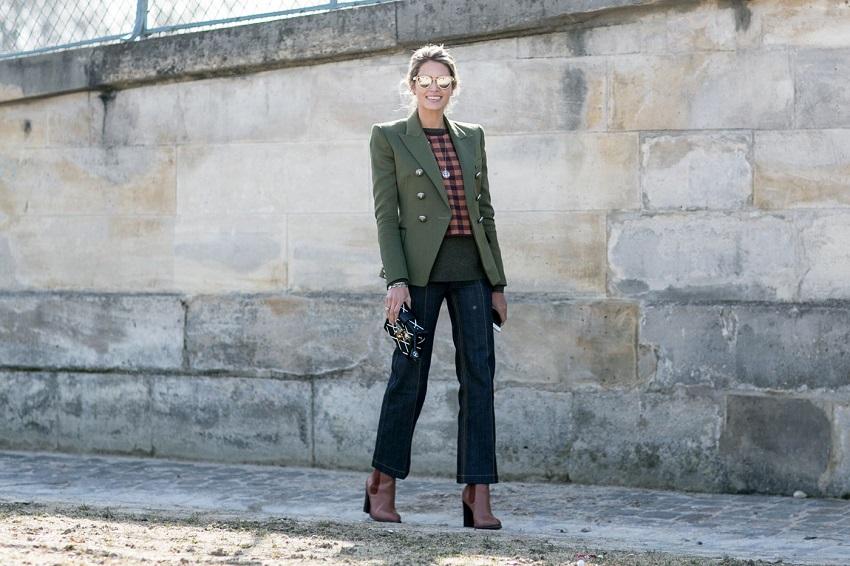 Укороченные джинсы и темно-зеленый пиджак с пуговицами в два ряда