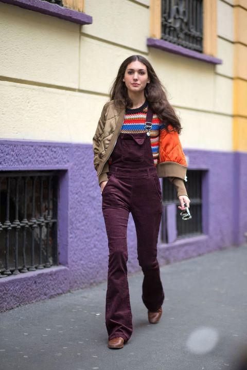 Уличные модницы Милана активно используют комбинезоны из самых разных материалов.