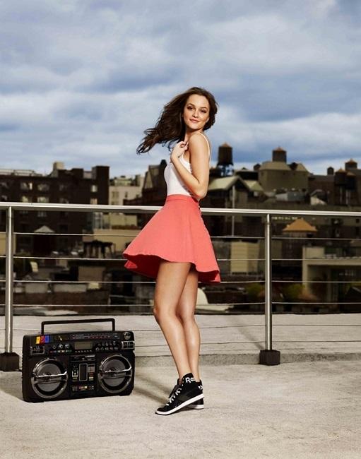 Черные кроссовки на небольшой платформе в сочетании с коралловым цветом юбки вашего платья - один из самых крутых образов