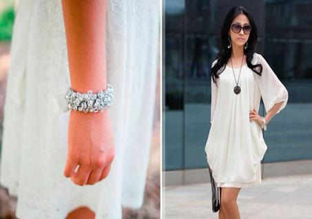 Белое платье и изящный браслет