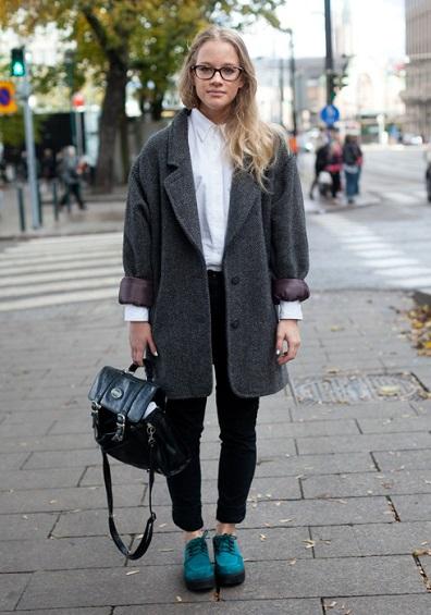 Безупречное сочетание - это белая рубашка, черные брюки, серое пальто оверсайз и ботинки благородного цвета
