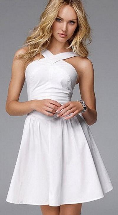 Девушка-блондинка в коротком белом платье
