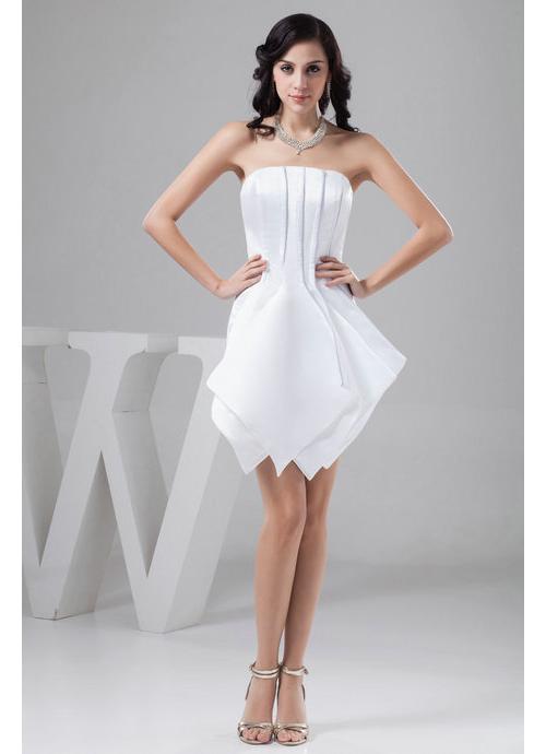 Девушка в белом коротком платье и серебряных аксессуарах