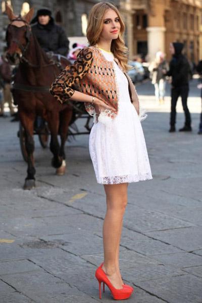 Девушка в белом кружевном платье и коралловых туфлях