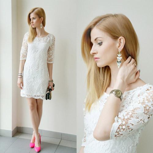 Девушка в белом кружевном платье и розовых туфлях