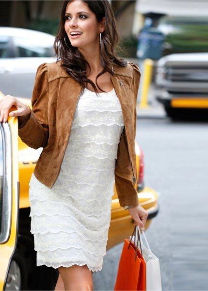 Девушка в белом кружевном платье и замшевом коричневом пиджаке