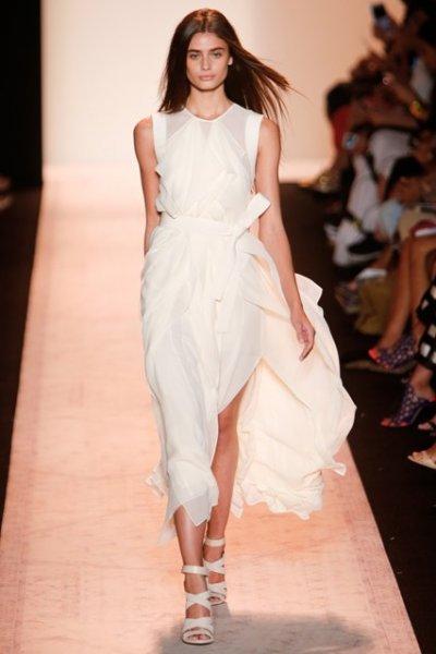Девушка в белом платье и белых босоножках