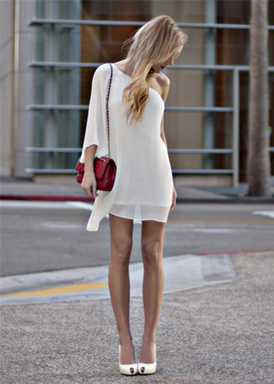 Девушка в белом платье и белых туфлях