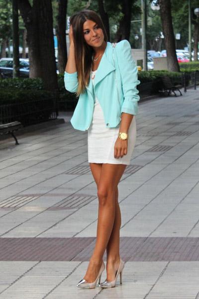 Девушка в белом платье и бирюзовом пиджаке