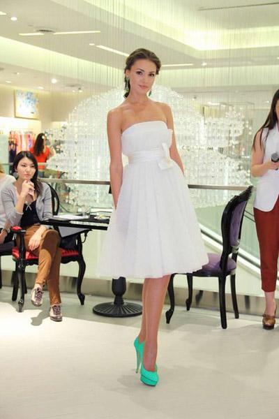 Девушка в белом платье и бирюзовых туфлях