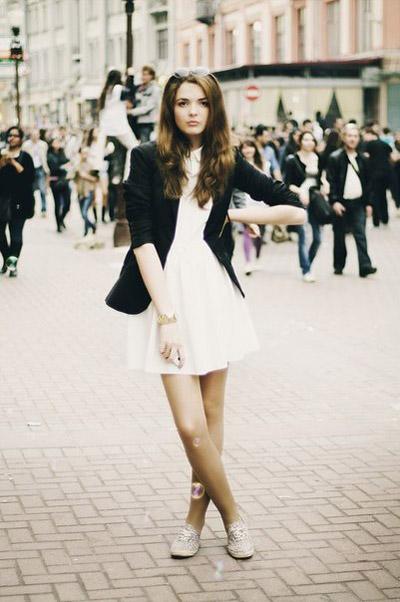 Девушка в белом платье и черном длинном пиджаке