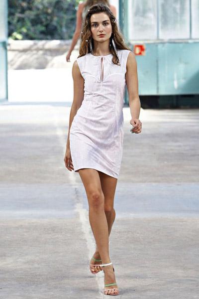 Девушка в белом платье и изящных босножках