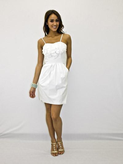 Девушка в белом платье и изящных босоножках