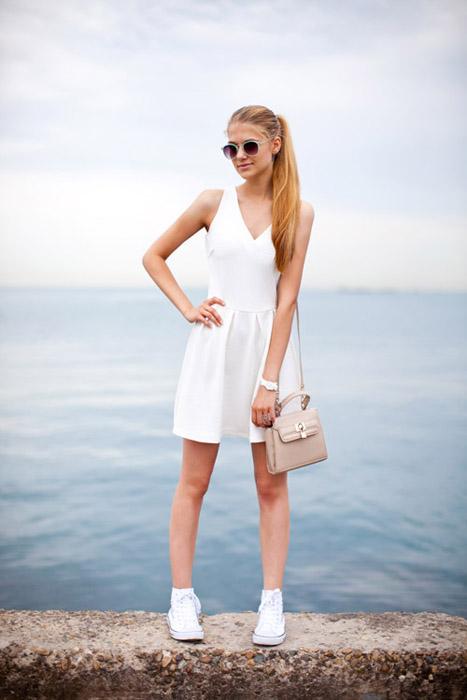 Девушка в белом платье и кедах