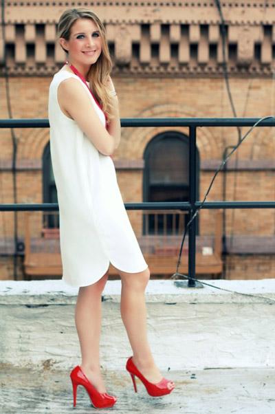 Девушка в белом платье и красных туфлях